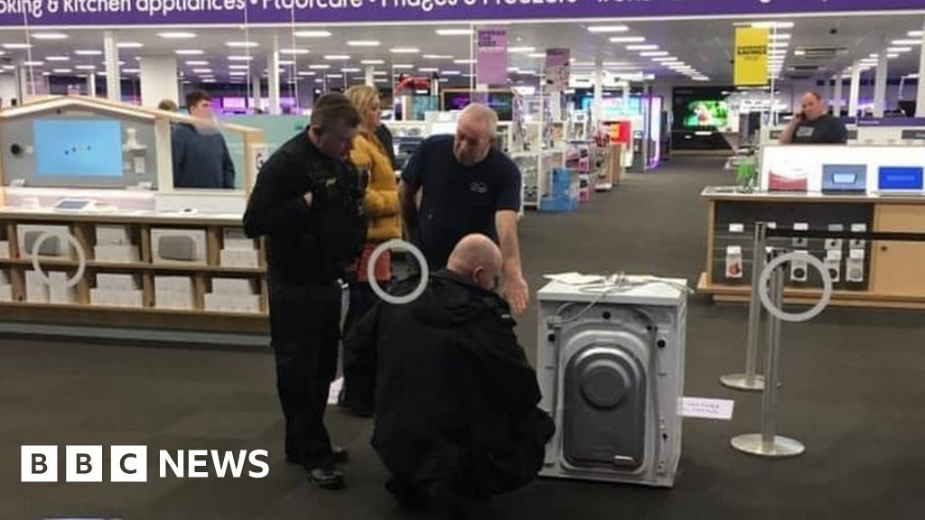 Washing machine row in Currys PC World leads to police legend