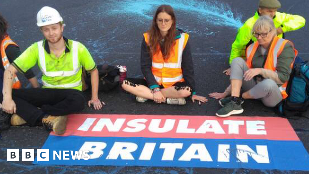 M25 protests: Arrests made as Insulate Britain activists block motorways