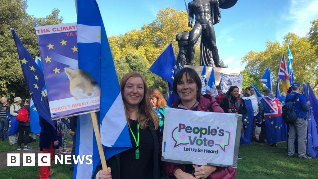 Thousands gather for 'final say' Brexit protest