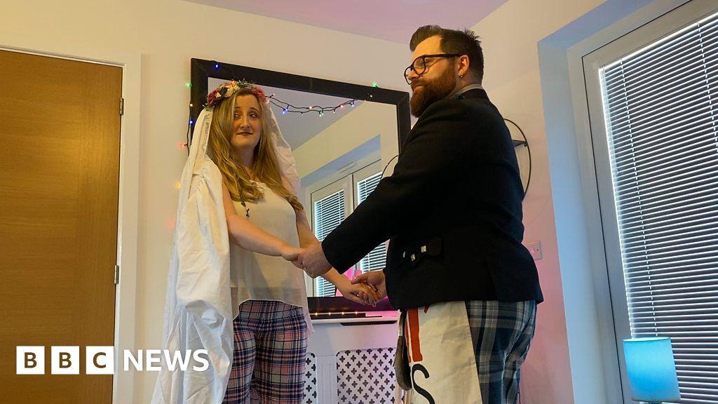 "Coronavirus: a Couple celebrates their ""non-wedding day"