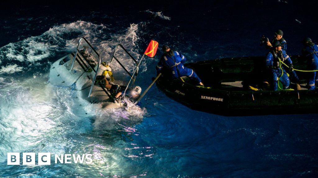 (ENG) Encuentra una bolsa de plástico en el fondo de la fosa de las marianas mientras batía el récord de inmersión