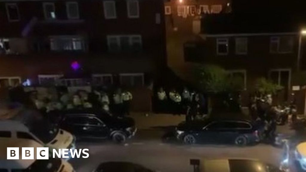 Hundreds attend east London party breaching lockdown rules thumbnail