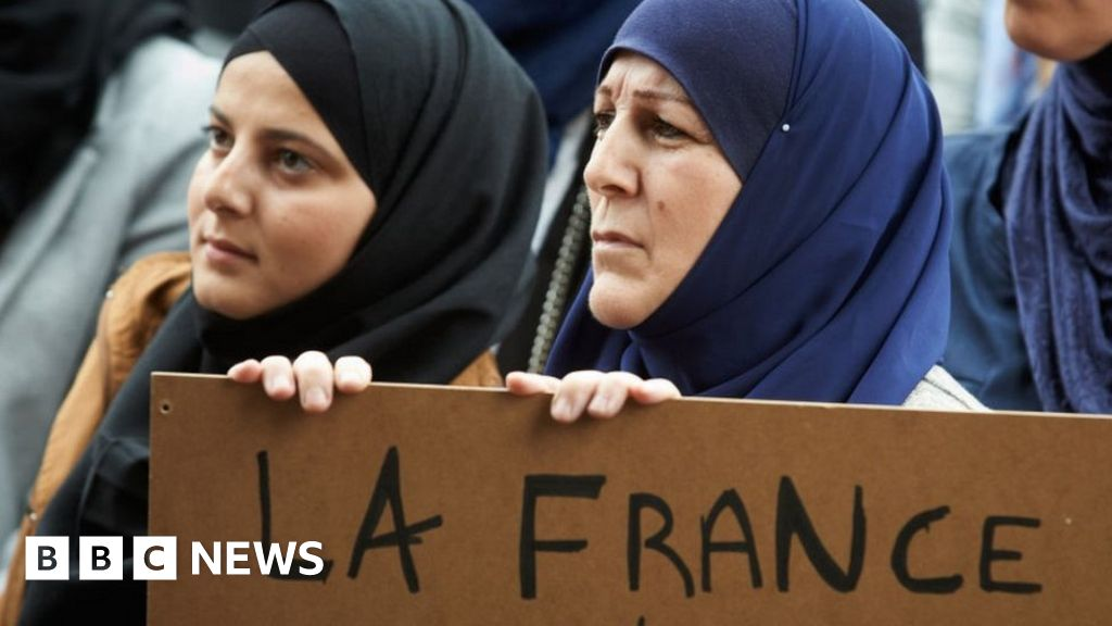 France Islam: Muslims under pressure to sign French values charter