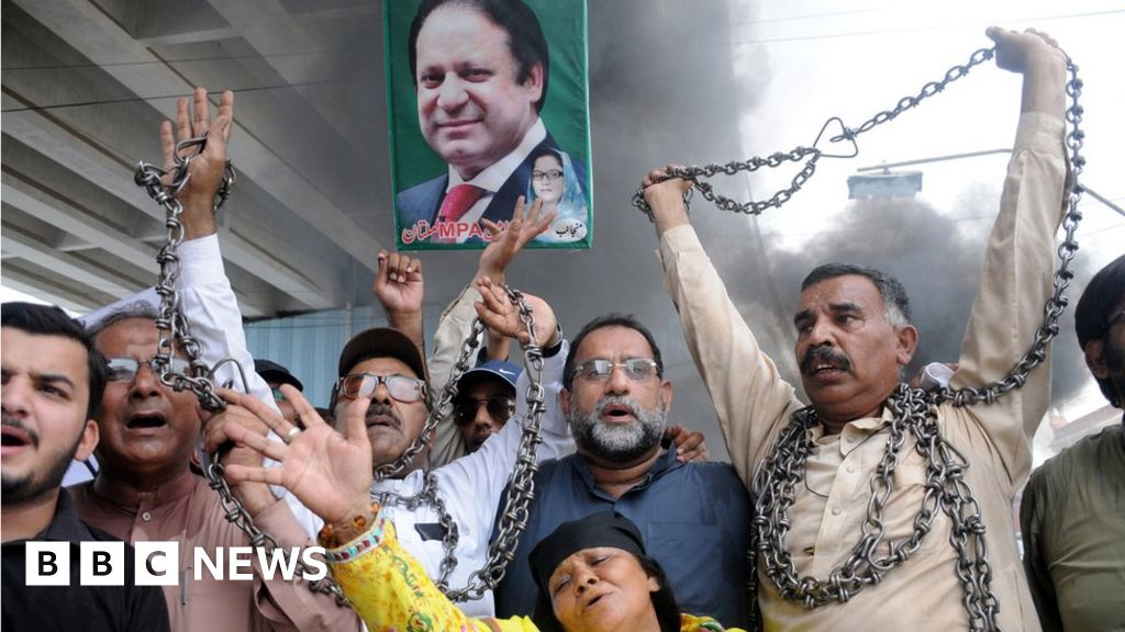 102497250 78801a64 98b6 49c3 ab81 7d93948fbd00 - Ex-Pakistan PM returns to face'detention middle cell'