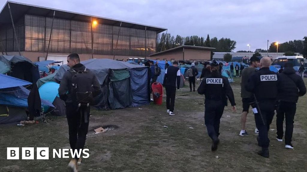 French Dunkirk camp cleared as migrants try to reach UK