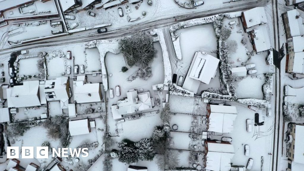 Heavy snow in Midlands leads to travel warnings and road disruption