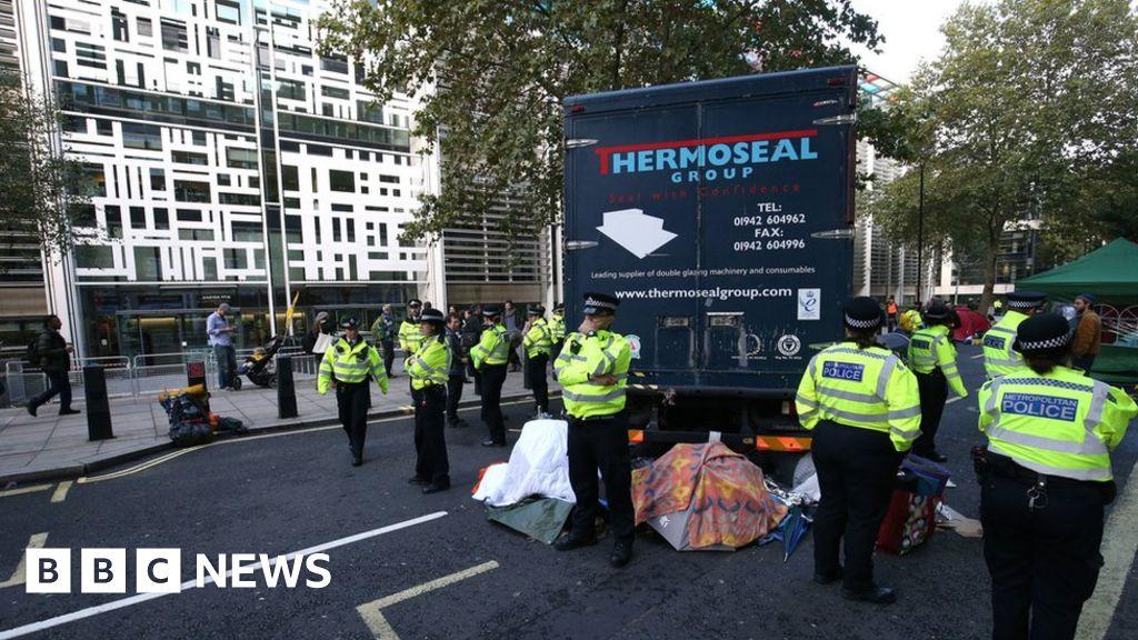 Extinction Rebellion: Police order activists to move or face arrest