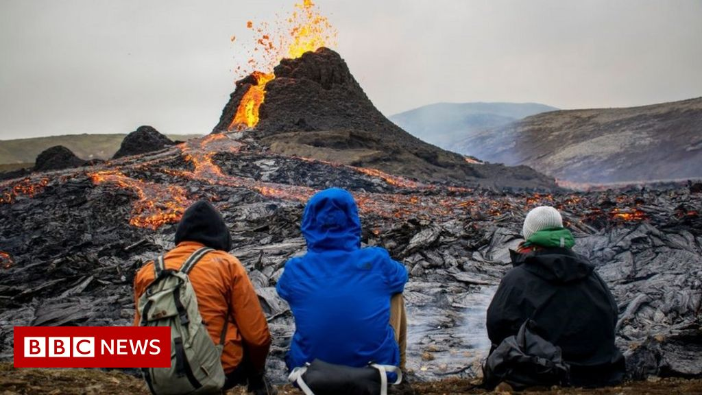 The eruption of the Icelandic volcano: spectators go to see Mount Fagradalsfjall