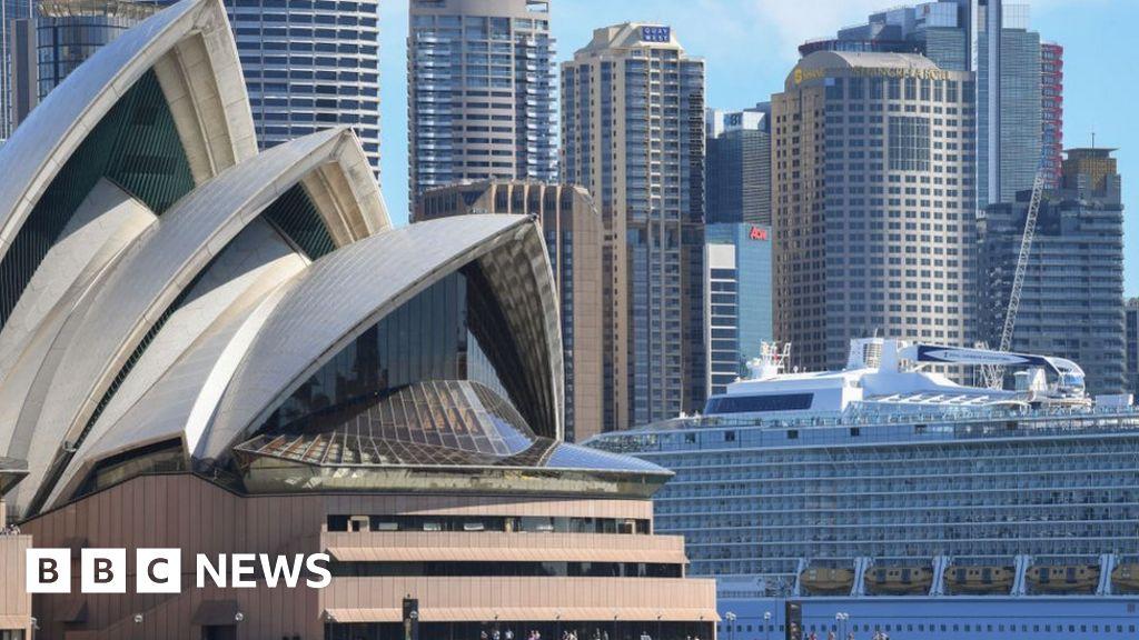 Coronavirus: Australia opens 'travel zone' to New Zealanders - BBC News