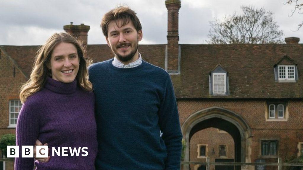Hampton Court mews row: Couple face eviction 'over £32 bill'