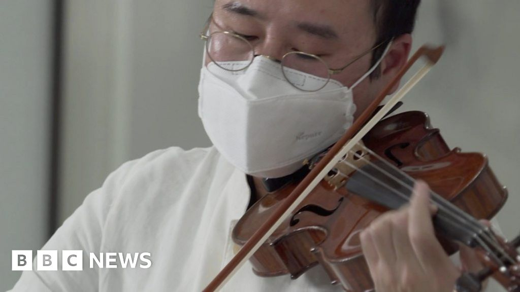 Coronavirus: Playing classical music for South Korea hospital patients