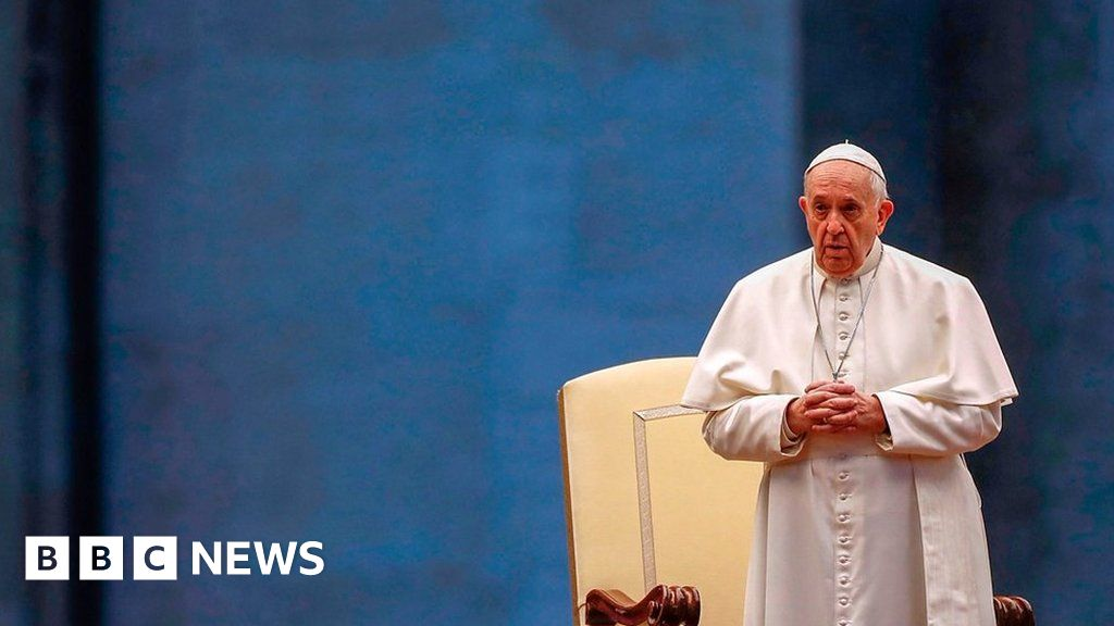 Pope gives prayer to empty St Peter's Square thumbnail