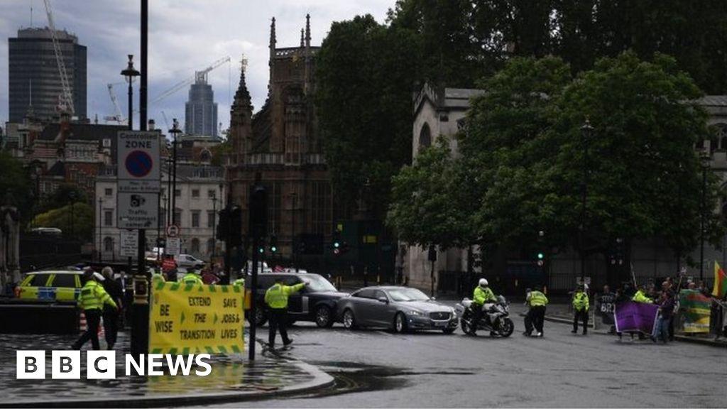 Boris Johnson convoy in shunt outside the Parliament