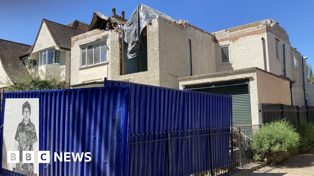 Leicester house was damaged in building row, owner claims - BBC News