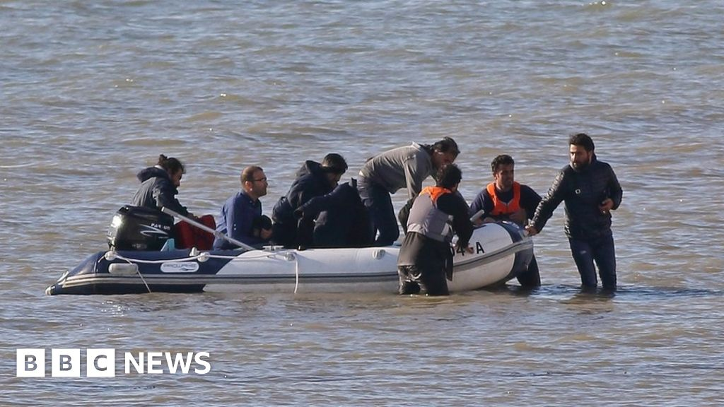 Channel migrants: Fewer than half of boats stopped by French thumbnail