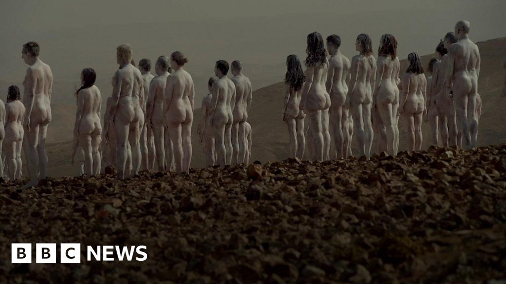 Israel: Hundreds strip naked by the Dead Sea