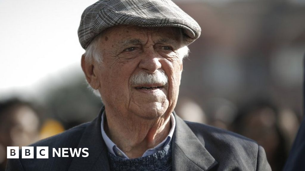 George Bizos: Anti-apartheid lawyer who defended Mandela dies aged 92 thumbnail