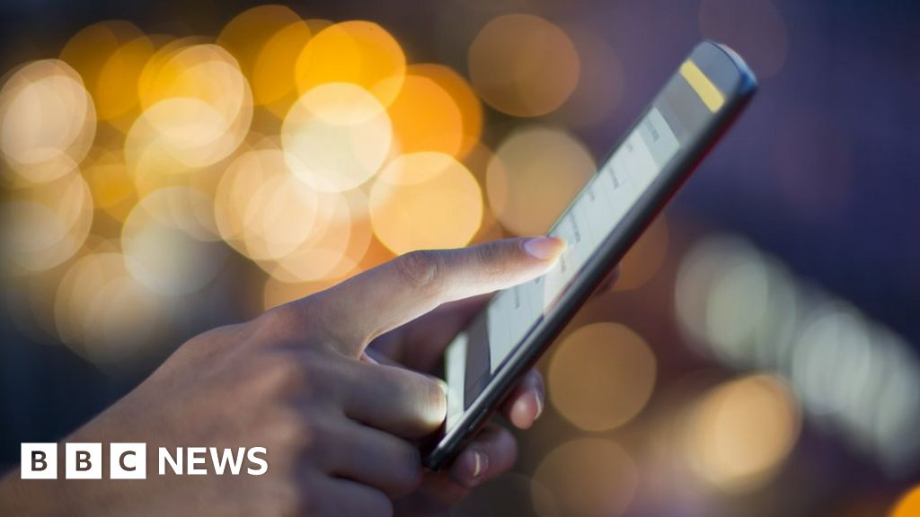 Desktop banking use falls, as users switch to apps - BBC News