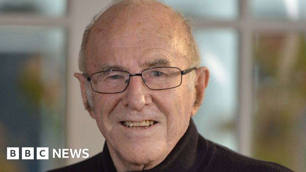 Australian broadcaster Clive James dies aged 80