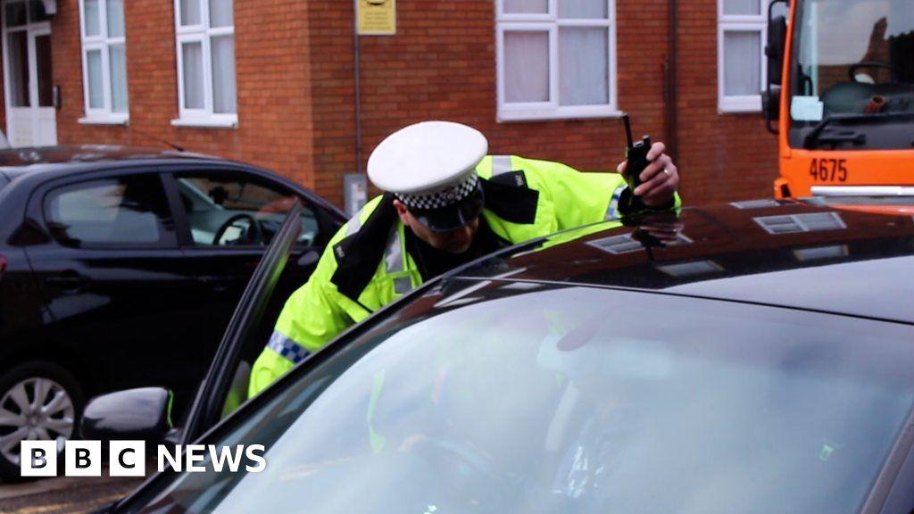 dec7300ed9 Unmarked police van catches drivers using phones - BBC News
