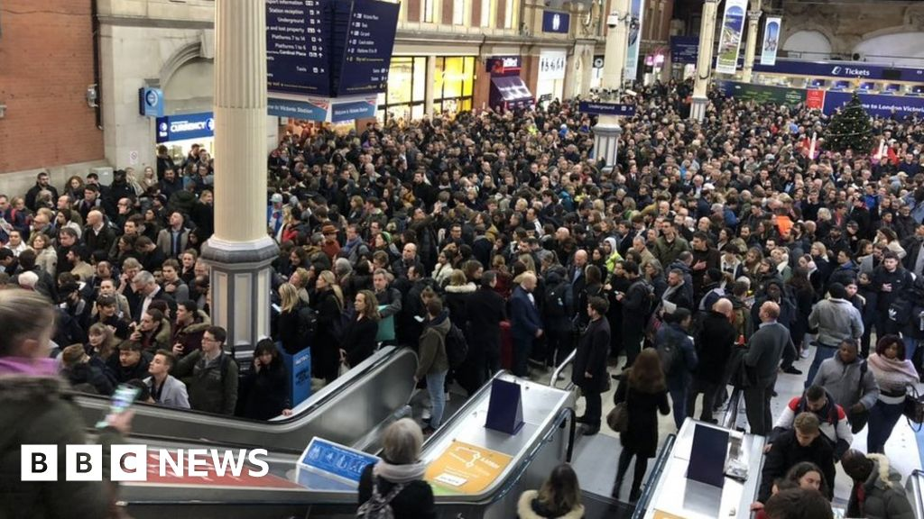 Victoria station  at a standstill  according to the signal-to-error