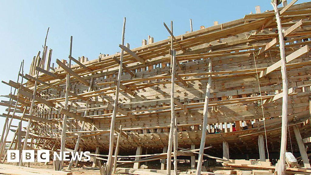 Shipbuilding the traditional way in Gujarat - BBC News
