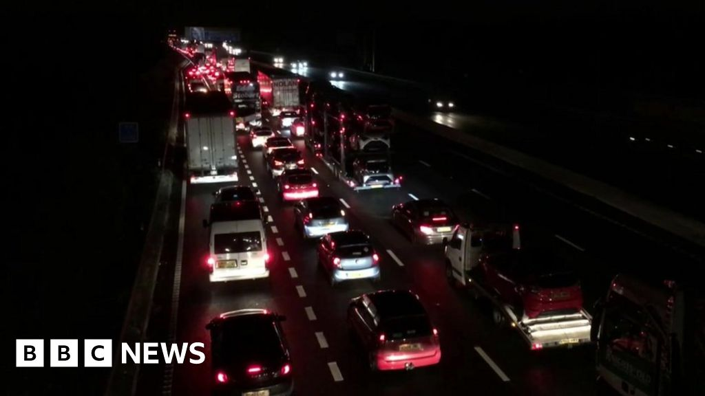 M6 gin-crash: lorry collision closes motorway