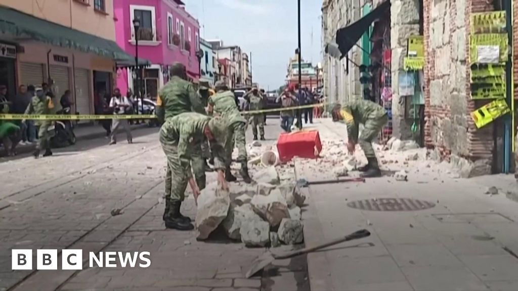 Southern Mexico hit by 7.4 magnitude earthquake thumbnail