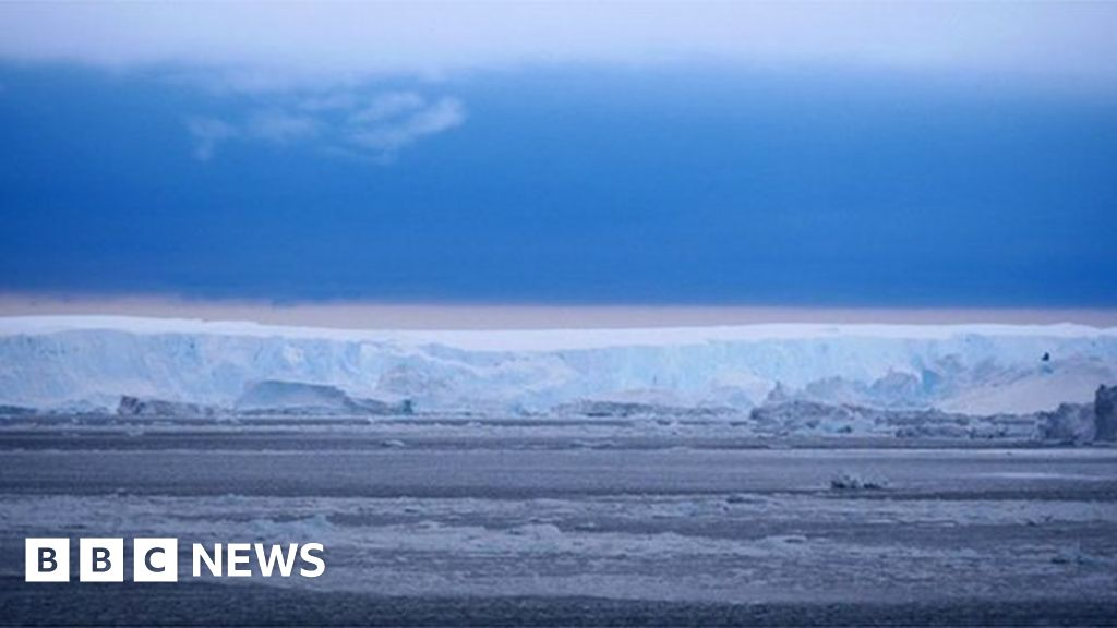 Antarctica's big new iceberg: Up close with B49 - BBC News