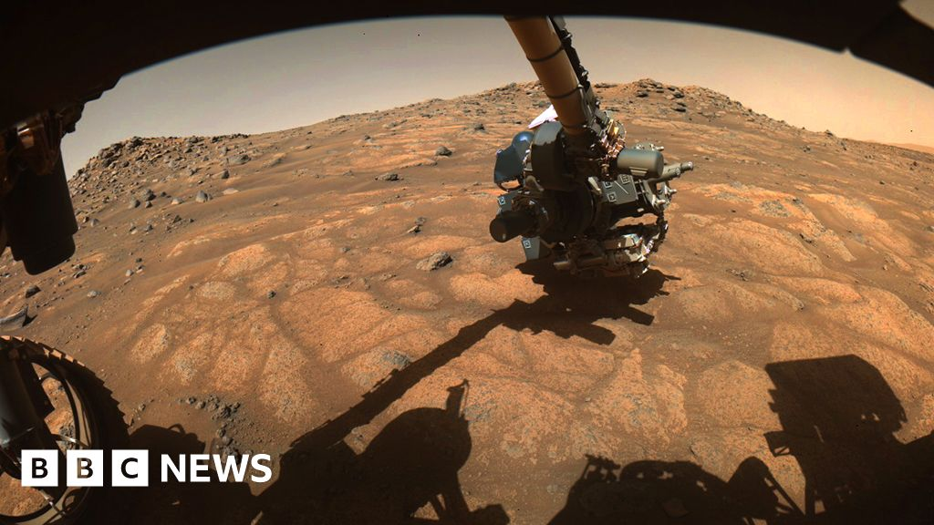 Scientists say their best chance of determining whether Mars ever hosted life is to study its surface materials in sophisticated home laboratories. Th