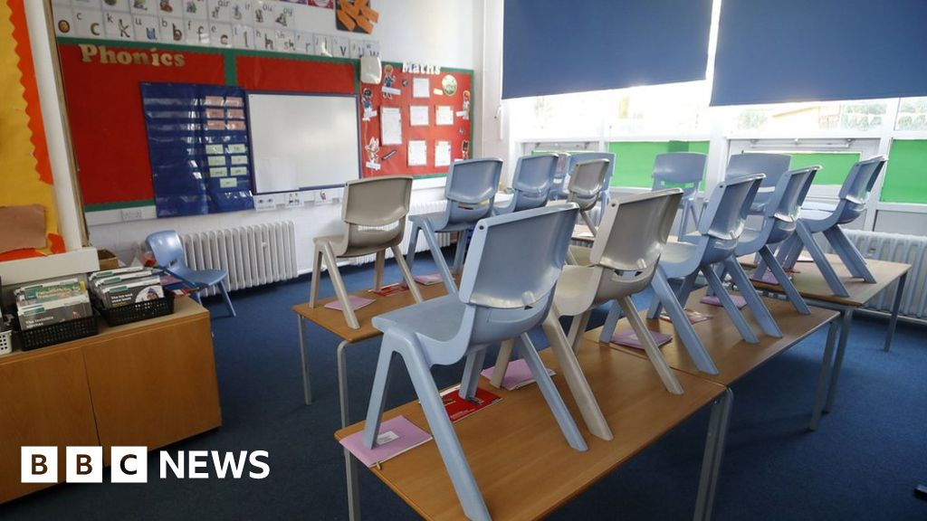 Covid: 'No logic' to keeping schools open in London