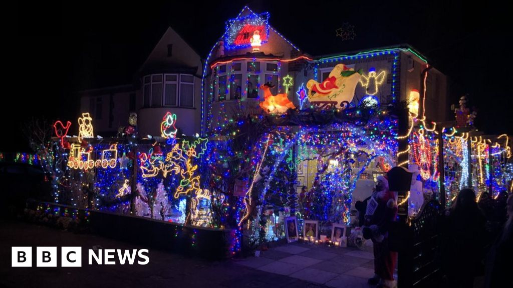 'Mr Christmas' lights switched off for last time in Croxley Green