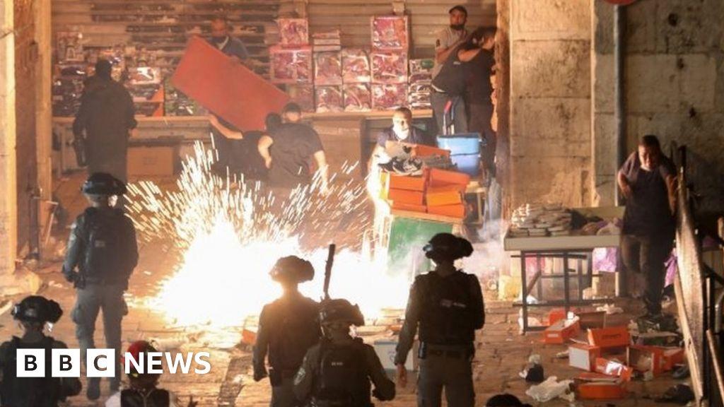Jerusalem: Many injured on second night of clashes – BBC News