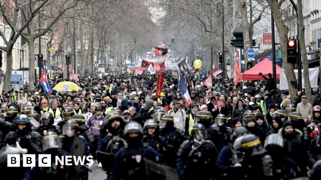 France protests: PM offers pension compromise in bid to end strike