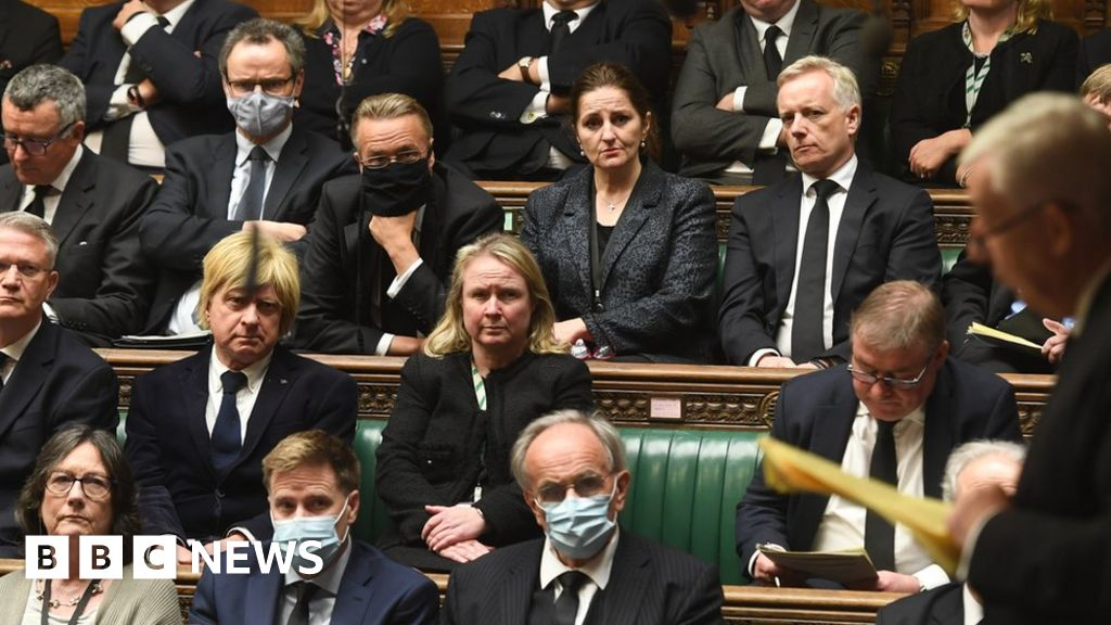 Tory MPs can make own choice on face masks, says minister