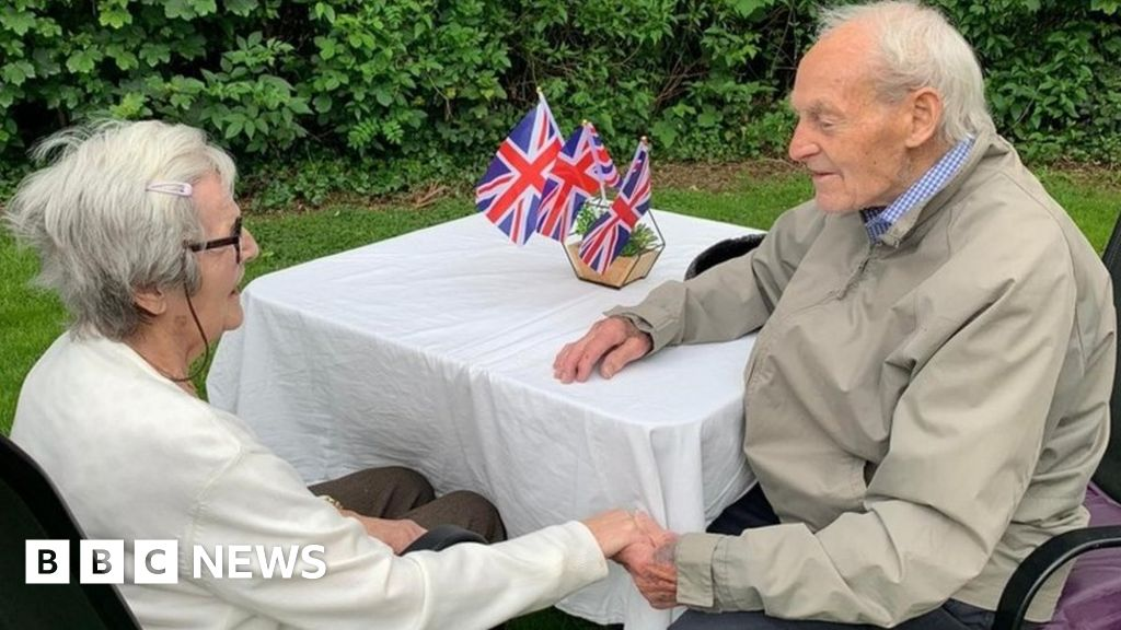 Covid: Hull twins, 92, reunited after lockdown separation