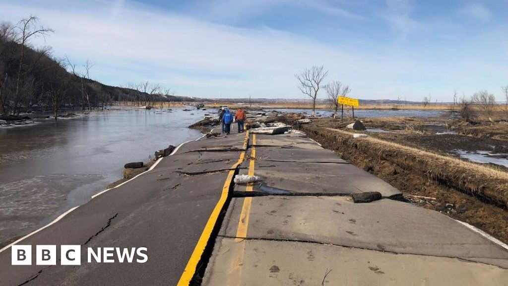 Thousands evacuate in deadly US floods