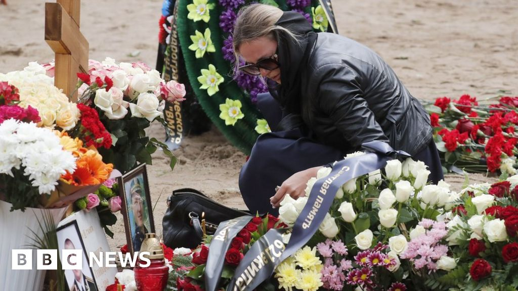 Russia buries naval crew killed in nuclear sub fire thumbnail