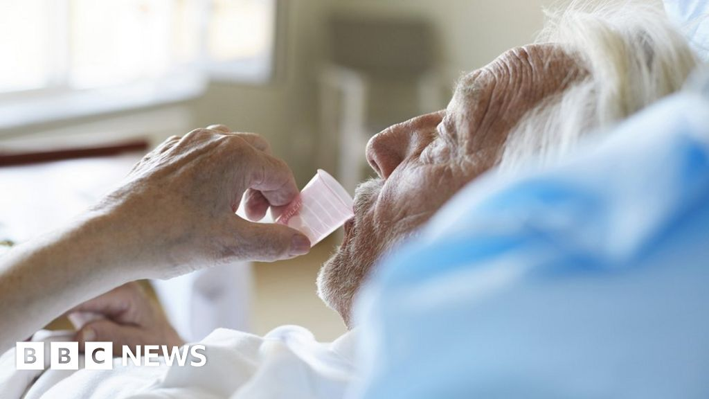 Coronavirus: Delirium 'key symptom' in ancient older folks - BBC News thumbnail