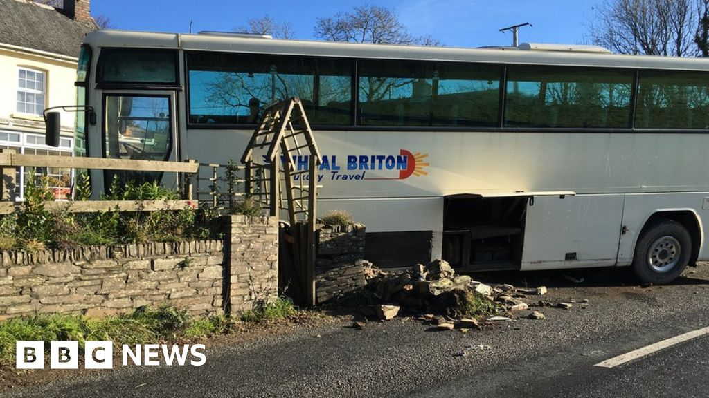School coach crashes on A3078 in Cornwall - BBC News