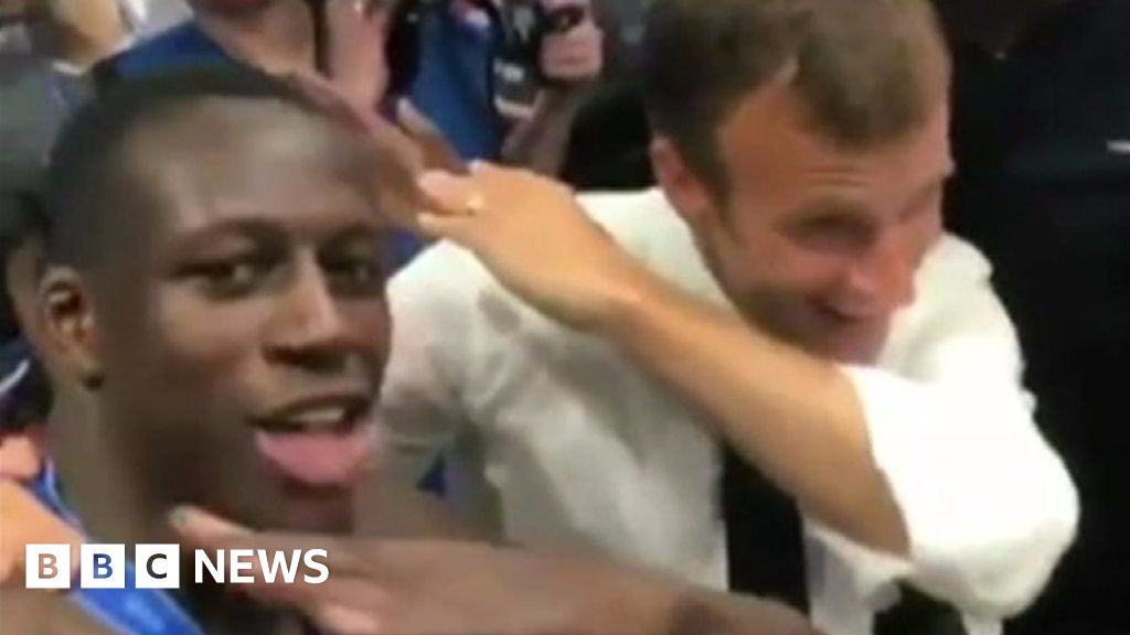 Macron dabs with French players