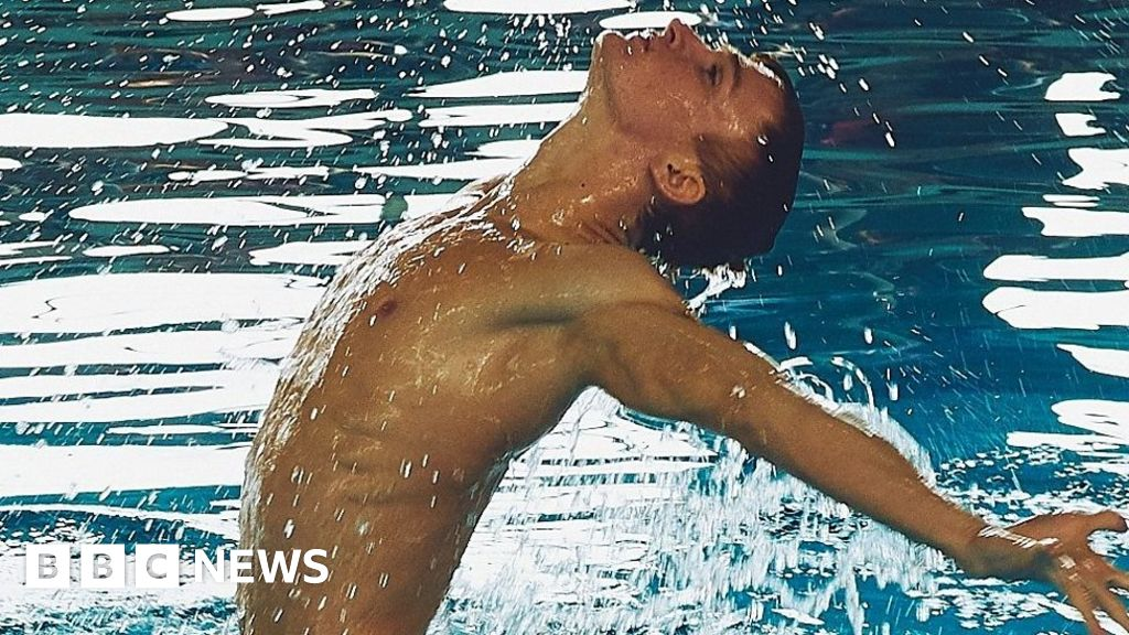 Russia's first male synchronised swimmer