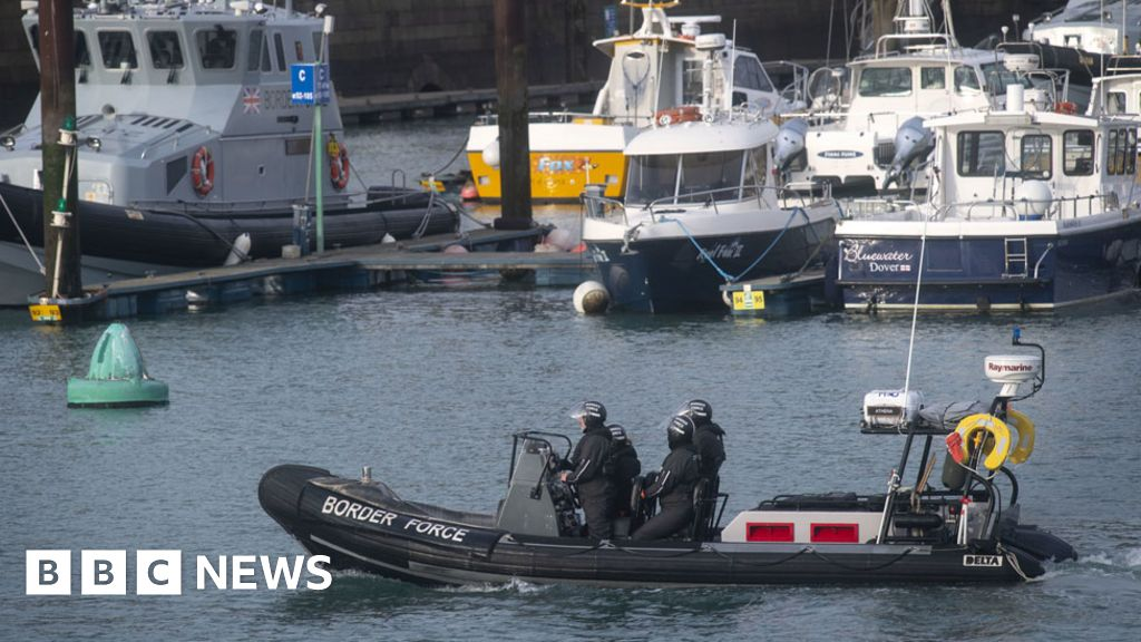 UK starts returning cross-Channel migrants to France - BBC News