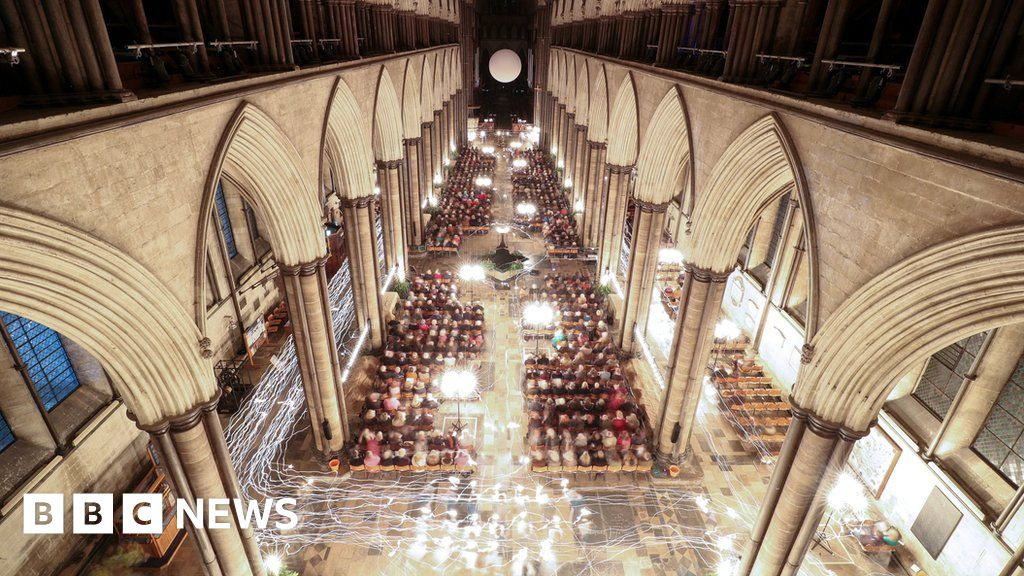 Salisbury Cathedral lit up by 1,000 advent candles - BBC News