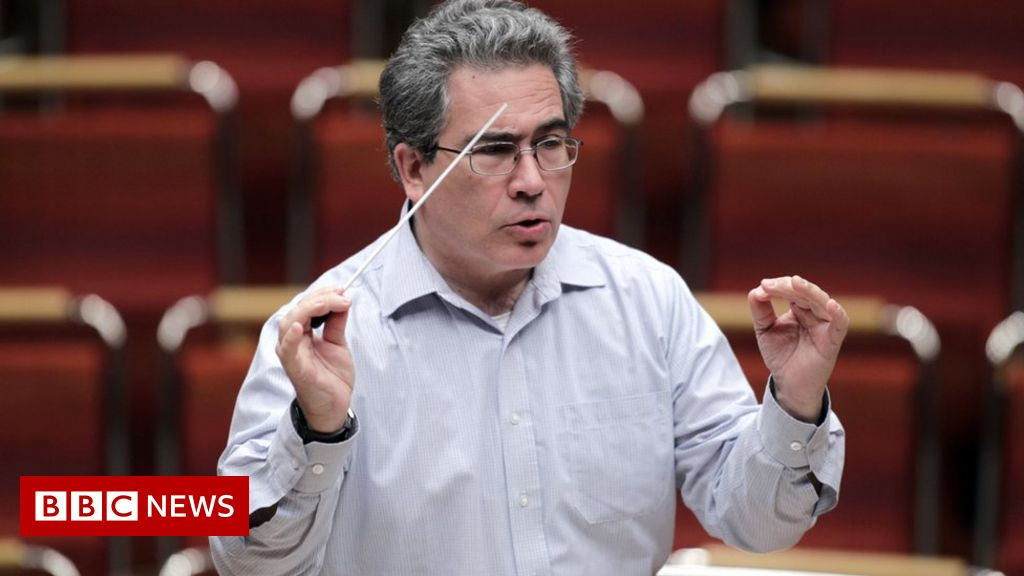 Conductor stops opera over 'phone miscreants'