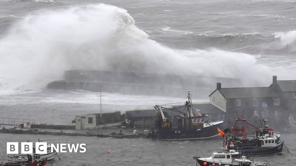Strong winds: Scaffolding collapses and travel disruption