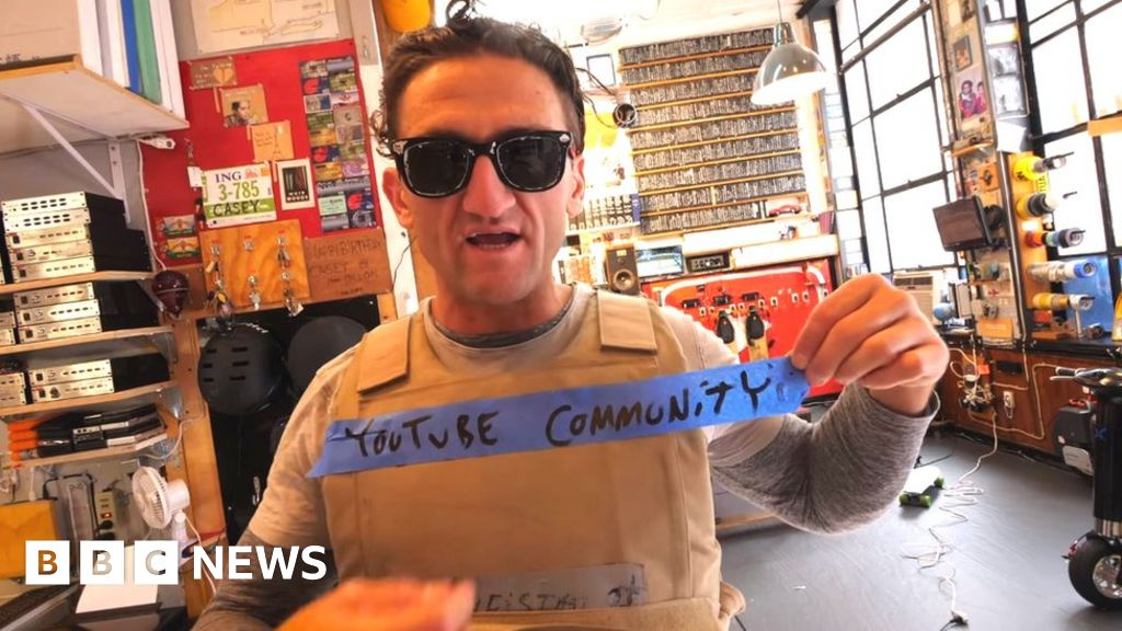 276fc66898 YouTube star Casey Neistat criticises video site s leaders - BBC News