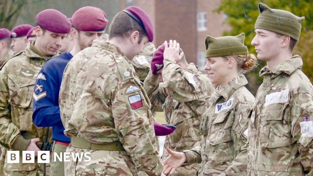 British Army officer becomes first woman to pass brutal Para course thumbnail