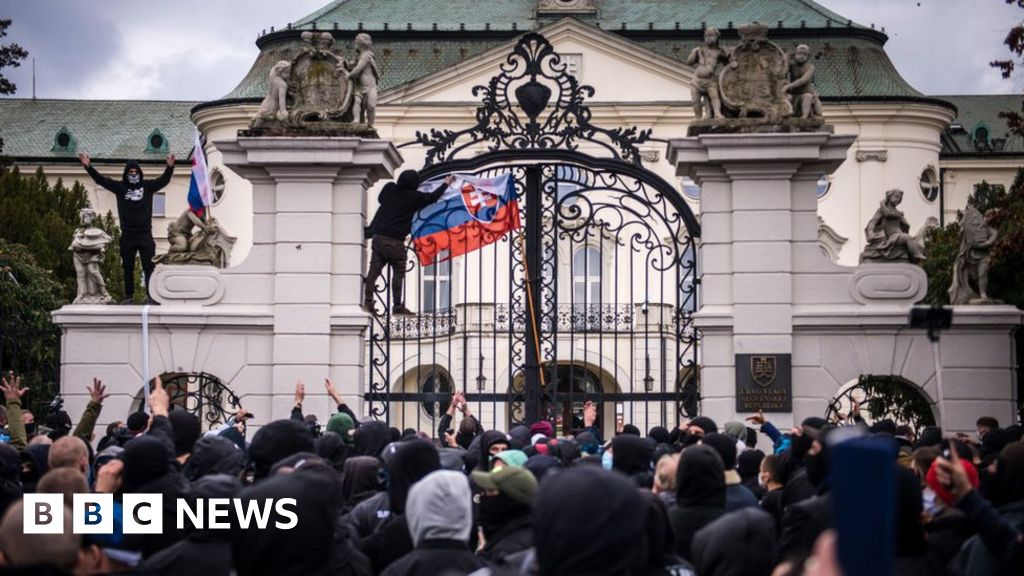 Covid: Far-right protesters attack Slovak government office over virus measures