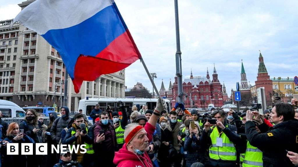 Alexei Navalny: Thousands across Russia defy ban on protests
